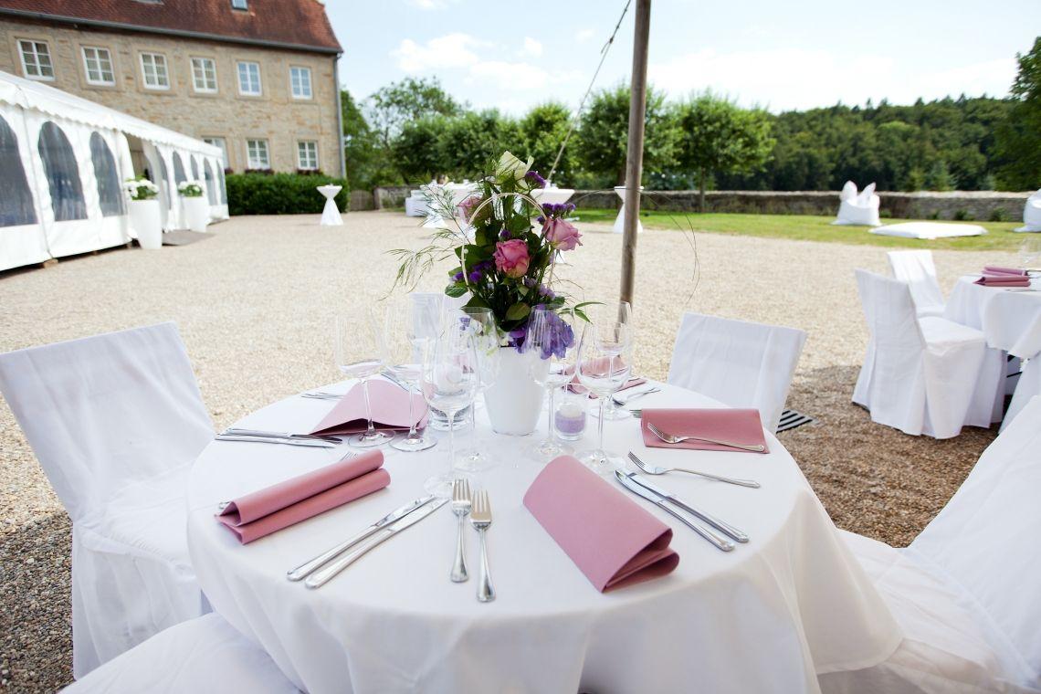 Schloss Neuhaus  Auf dem Landschloss bei Sinsheim feiert man wie Prinz & Prinzessin eingebettet in die wunderschöne  Landschaft des Kraichgaus. Wir begleiten Sie gerne und gekonnt