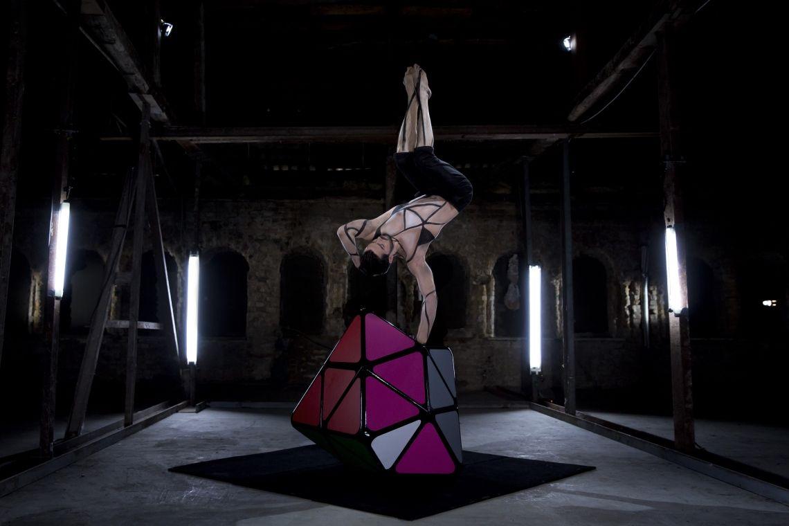 SLIKK Rubik's Cube Körperbeherrschung, Ästhetik und Cirque Nouveau