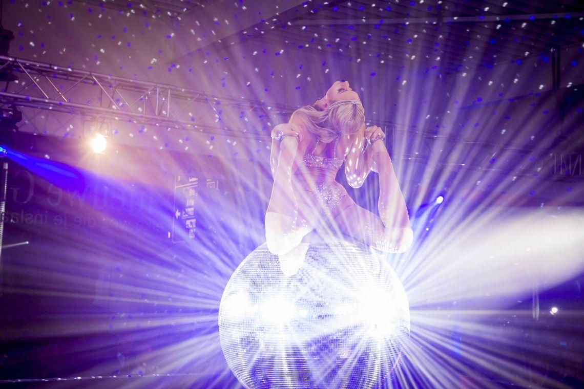 SLIKK Mirror Ball Eleganz, Grazie, Artistische Höchstleistung