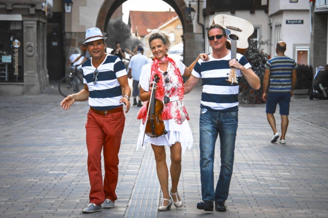 keys & strings auf dem Weg zum französischen Dorf Der Funke springt über - die gute Laune steckt an