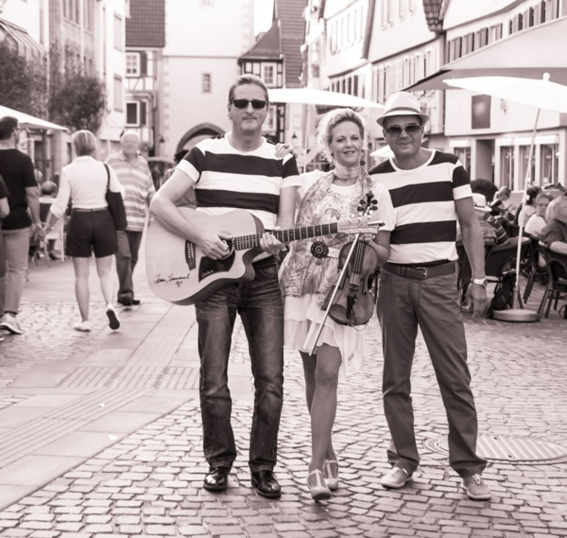 keys & strings auf dem Weg zum französischen Dorf Als Trio bei einer Open-Air Veranstaltung zu Gast!