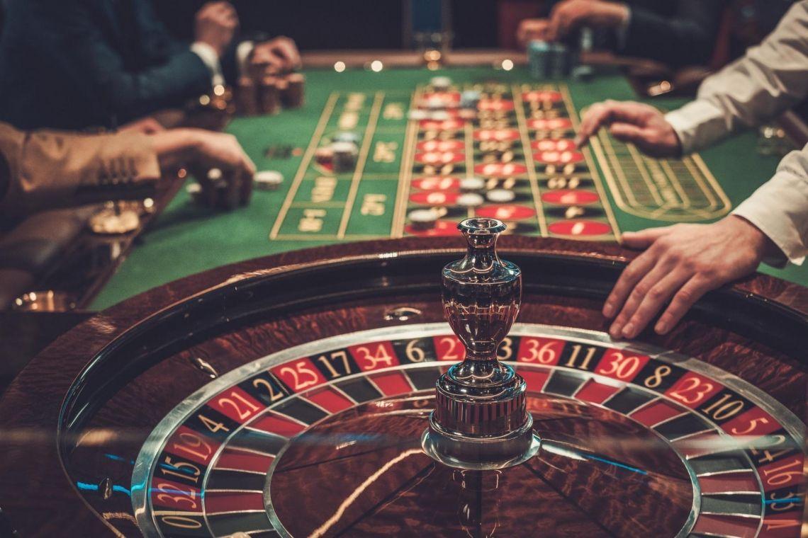 Casino Night - Roulette, BlackJack und Poker all night long Rien ne va plus - ein Casino-Abend mit teamio ist ein unvergessliches Erlebnis für alle Kollegen. Mit richtigen Roulette-, Poker-, Craps- und BlackJack-Tischen statten wir Ihr eigenes Casino aus; dezente Beleuchtung und passende Loungemusik sorgen zudem für echte Casino-Atmosphäre. Die Teilnehmer tauschen ihre Spielgeldscheine gegen Jetons ein, bilden Zocker-Gemeinschaften und schon geht es los. Unsere smarten Croupiers erklären an den Tischen die Regeln und die Teilnehmer können ihr Guthaben vervielfachen – oder eben auch alles verlieren…Die Abrechnung erfolgt zum Ende: Welches Team hat mit seinem Budget am besten gehaushaltet und wer hat sich verzockt?