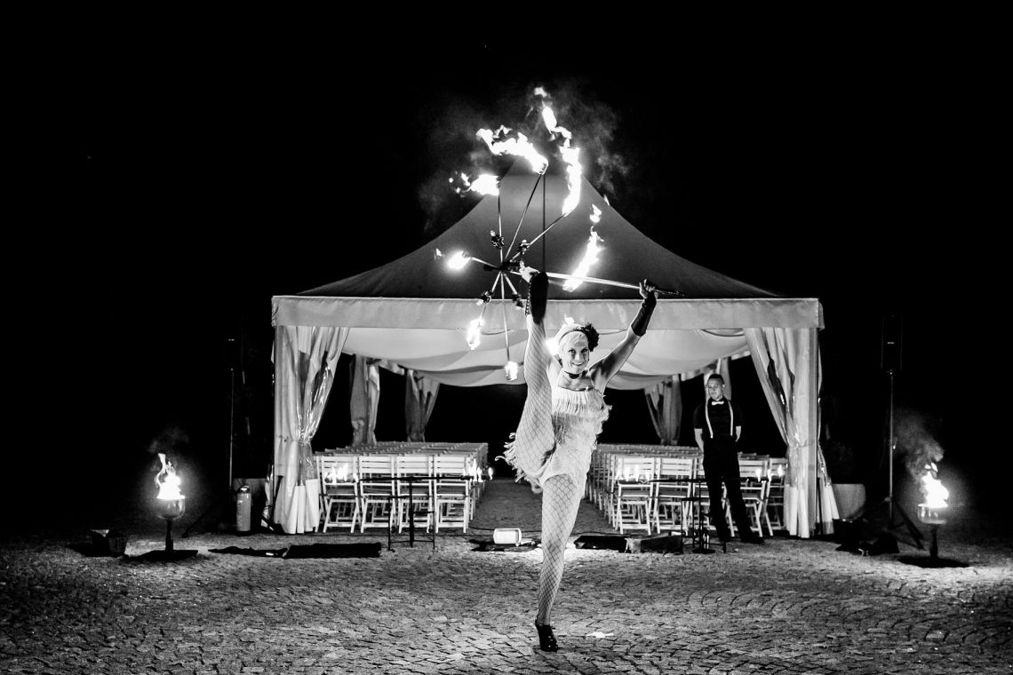 Black & White Fire Art Dieses tolle Foto vom Hochzeitsfotografen Emanuel Spiegel entstand bei unserer Zwanziger Jahre Feuershow Let's Swing - Die Roaring Twenties wurden kurzerhand auf den Hohen Darsberg geholt
