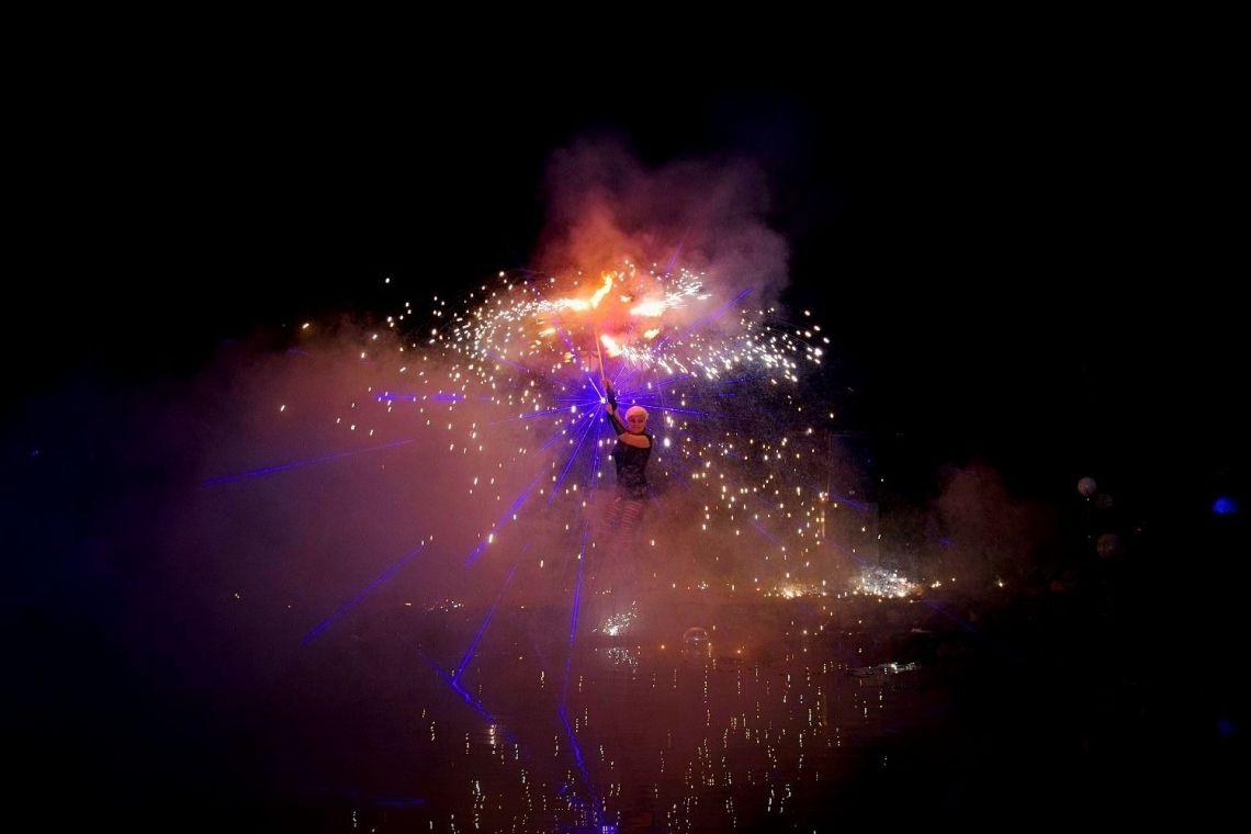 Show mit Pyrotechnik und Licht eindrucksvoll in Szene gesetzte Feuerperformance mit Pyrotechnik, Lasershow und Illumination. Hier im Rahmen eines Events bei einer Naturbadeteiche Firma in Porta Westfalica