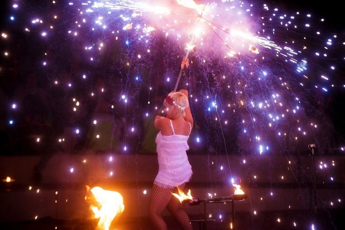 Feuer und Pyrotechnik  Was wir mit Wasser können, geht auch mit Pyrotechnik! In Zusammenarbeit mit einer Pyrotechnikfirma bieten wir Ihnen ein wahres Show-Feuerwerk.