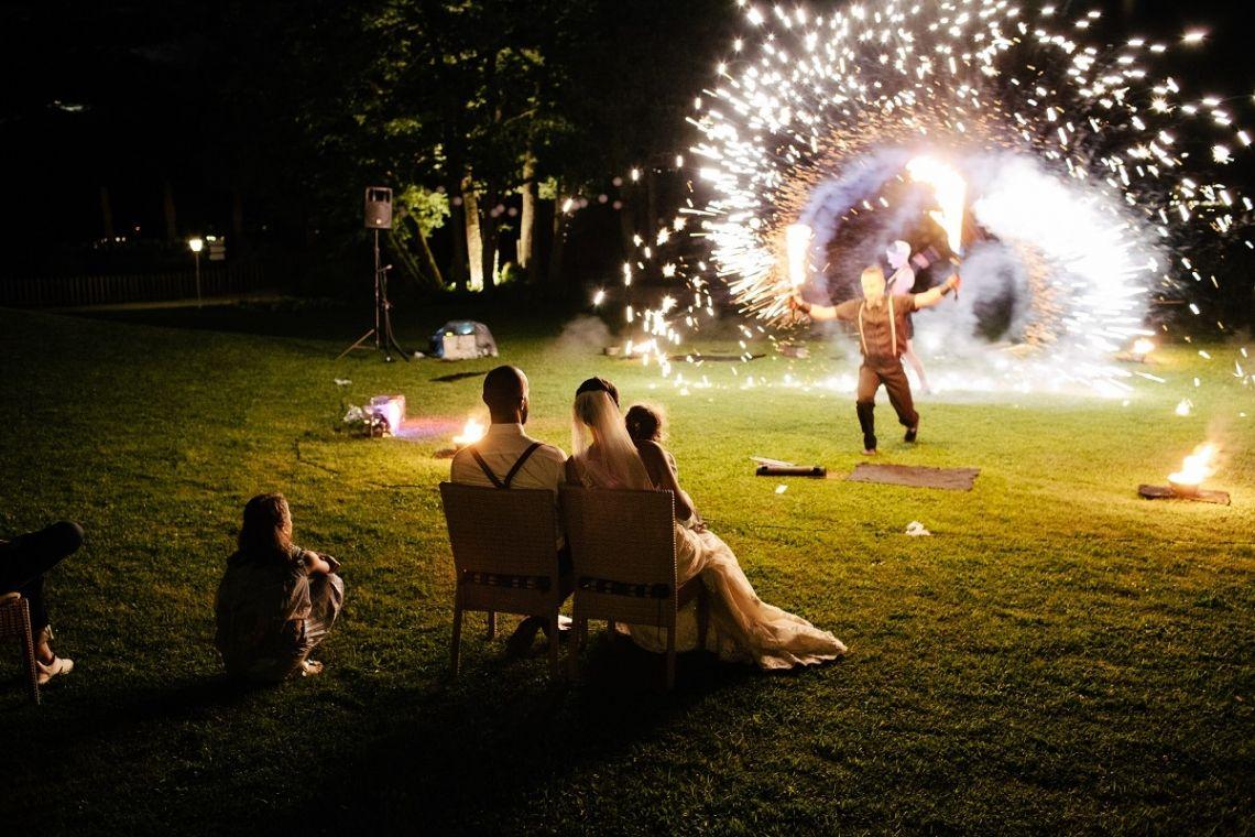 Hochzeits-Feuershow Unsere elegante und glamouröse Hochzeits-Feuershow L'Affaire d'Amour begeisterte schon sehr viele Hochzeitspaare. Hier im Rahmen einer Traumhochzeit im Inselhotel am Faaker See Foto: Marcus Gründel TROISTUDIOS PHOTOGRAPHY