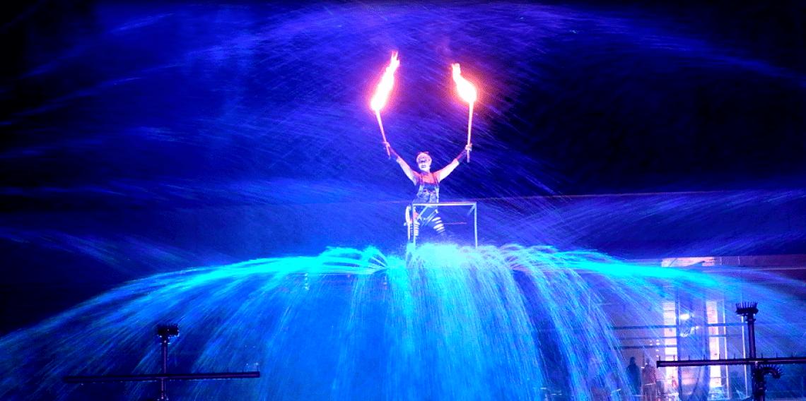 """Symbiose aus Feuer und Wasser Unsere atemberaubende Feuershow und Wassershow """"Furious Flames of Water"""" ist ein Highlight für große Events, beispielsweise Stadtfeste, Late Night Shopping, Moonlight Shopping Events, Produktpräsentationen und -einführungen, Firmenevents und andere große Veranstaltungen. Erleben Sie die beiden Elemente Feuer und Wasser in einer beeindruckenden Symbiose."""