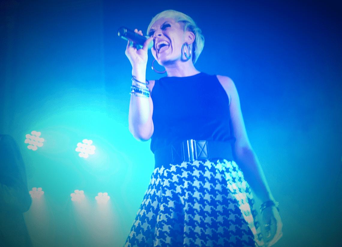 Sabrina on Stage Sabrina Wolfram als Sängerin -mal ganz ohne Feuer- auf der Bühne