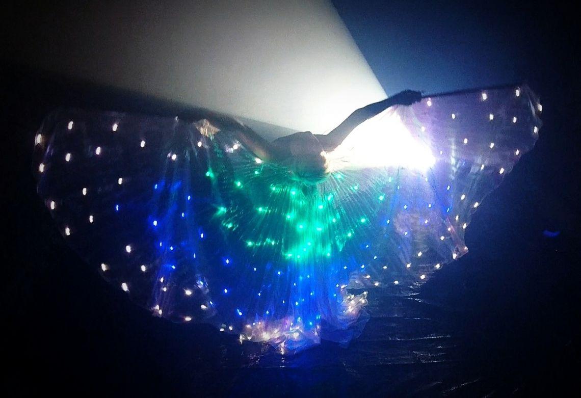 LED - Lichtshow am Puls der Zeit Die LED - Lichtshow DELiGHTFUL punktet mit modernen Lichteffekten, gewohnt professioneller Performance und Sexappeal Künstlerin Sabrina Wolfram