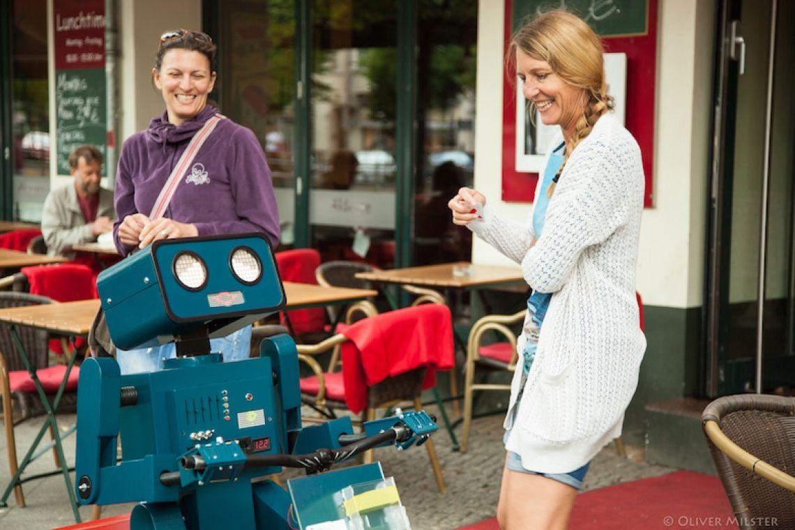 Hugo der sprechende Roboter Hugo ist Kinderliebling, Frauenschwarm und Fotomagent.