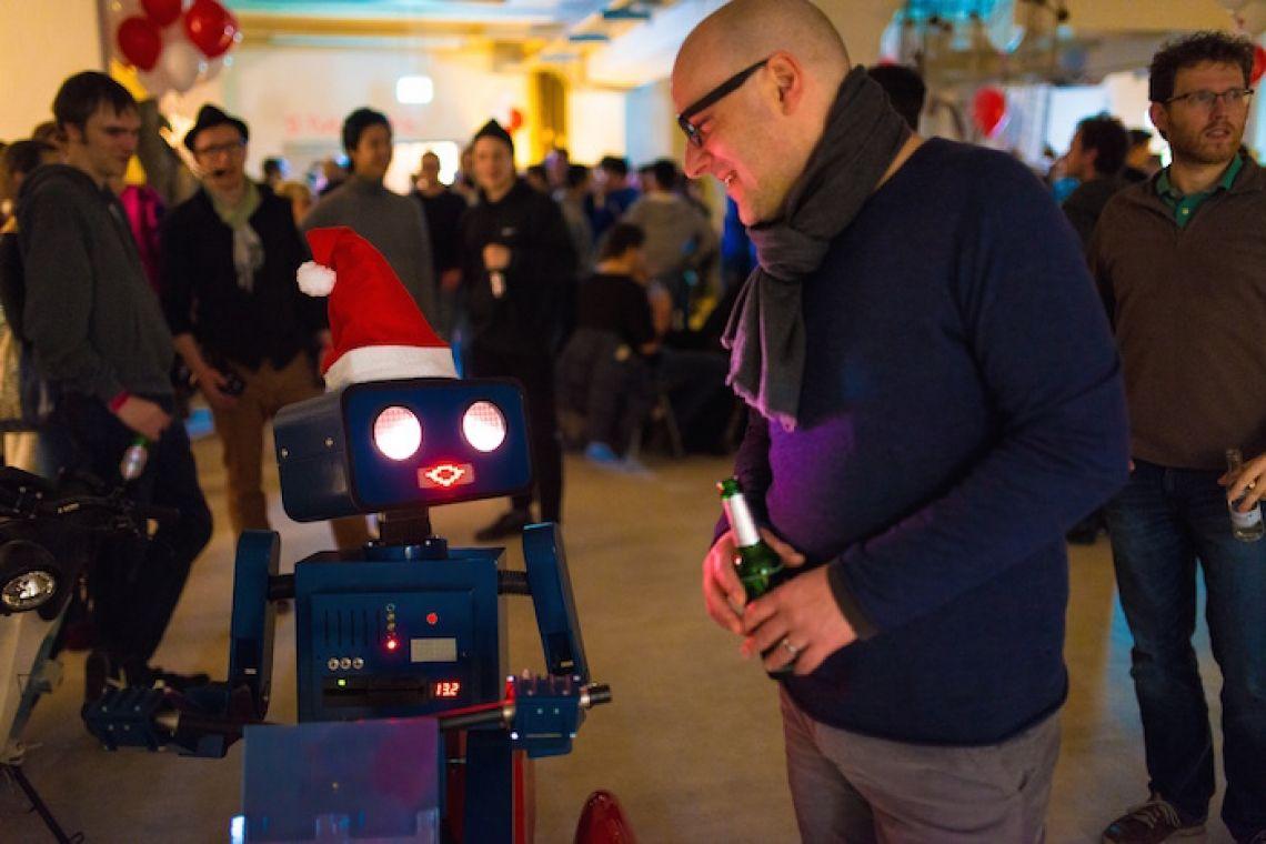 Weihnachtsroboter auf Weihnachtsfeier