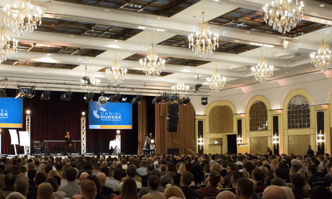 Jegliche Publikumsgröße wird von Daniel souverän mitgerissen. Ob 50, 500 oder 1500 Gäste. Daniel stand in den letzten 10 Jahren auf allen erdenklichen Bühnen und hat somit die Souveränität jegliche Publikumsgröße mitzureißen.