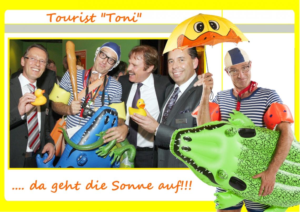 """Comedy-Tourist Toni Einen Tag wohlverdienten Urlaub hat Toni, und ist auf der Suche nach der nächsten Bademöglichkeit. Ein bunter Regenschirm schützt vor der gröbsten Hitze, doch sein Krokodil hat Durst und er bittet um Orientierungs- oder sonstige Hilfe.  Toni ist ortsfremd, fragt nach dem Weg, die Passanten ihrer Ängste vorm Krokodil beschwichtigend; """"Nein, es ist völlig ungefährlich, ist auch ganz gewiss stubenrein und beißt nur, wenn es hungrig ist!"""" Doch jetzt genug gescherzt, es ist Zeit, dass Toni zum nächsten Baggerloch kommt."""
