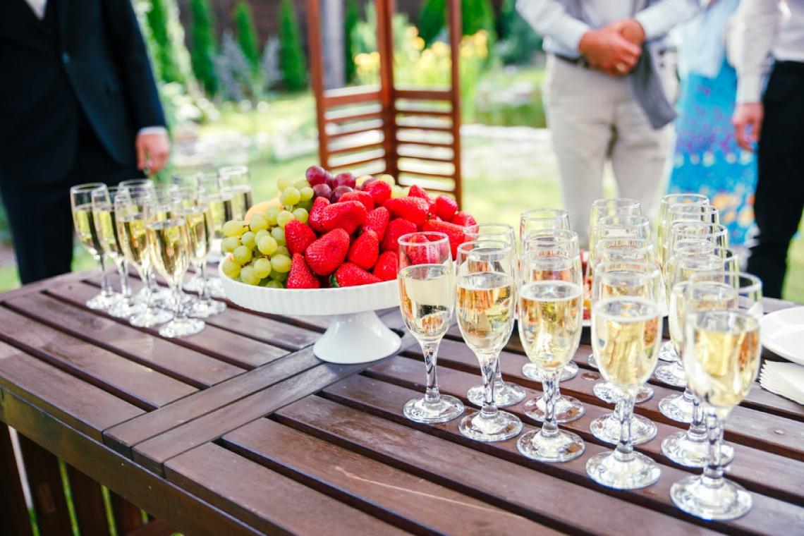 Sektempfang Zur Hochzeit von Brautpaar XY empfingen wir die Gäste mit Sekt und Früchten