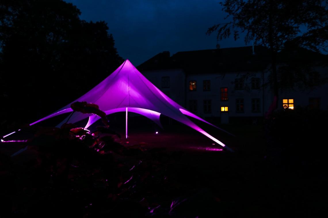 18m Sternzelt bei einem Sommerfest in Felde Unser Starflex ist ein optisches Highlight bei Tag und Nacht. Ideal für Produktpräsentationen und Events bei Sonnenschein.