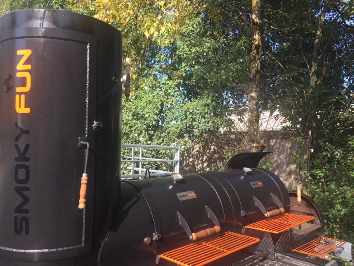 Unser Smoker mit 2 Grillkammern von Pretty Burger