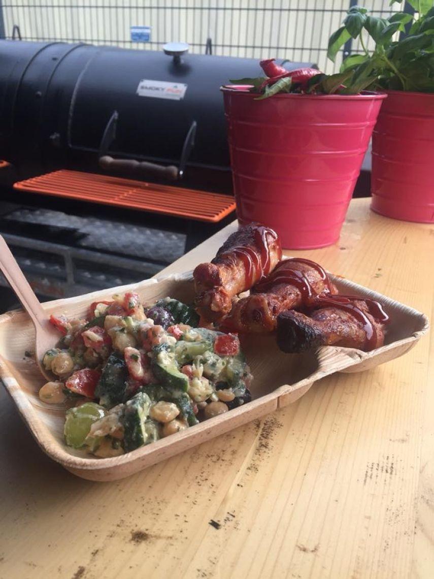 Hähnchenunterschenkel aus dem Smoker mit Sommersalat