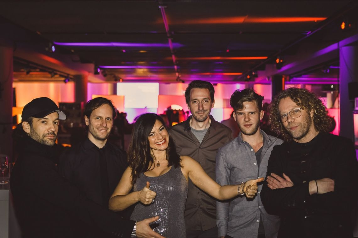 Flughafen Düsseldorf 2018  Neujahrsempfang - Herausforderung hier war, dass wir alle auf unterschiedlichen Bühnen im Raum verteilt verformt haben. Also jeder für sich auf einer Säule zwischen den Gästen. Nur CJ Masou und Tobias Philippen waren zusammen auf einer Hauptbühne. Unser Hit des Abends war ein Re-Mix von Whitney Houston: I wanna dance with somebody!