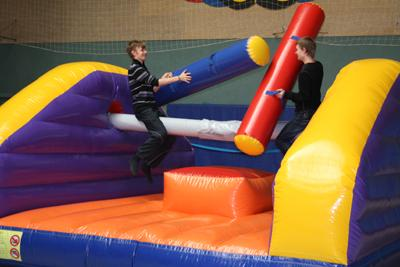 """Sport, Action und Fun ... ... für Kinder, Jugendliche und Erwachsene! Kräftemessen beim Sumo-Ringen oder eine zünftige Kissenschlacht. Konzentration erfordern Slacklining oder Seillauf. Treffer setzen am riesigen Ball-Dart. Spaß an der Basketballanlage mit gleich 3 Körben. Speziell für Kinder konzipiert sind unsere Spielaktionen: tolle Spielgeräte, witzige Spiel-Pässe und nette Animateure sorgen für jede Menge Spaß. Ihr Festplatz wird zur """"Spielwiese""""!"""