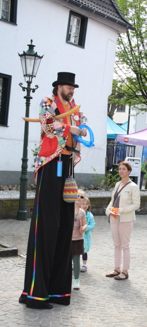 Stelzenläufer ... ... Auf dem Festgelände ist er unübersehbar, wenn er die Gäste  begrüßt, Ballonfiguren, Ihre Präsente oder Prospekte verteilt.