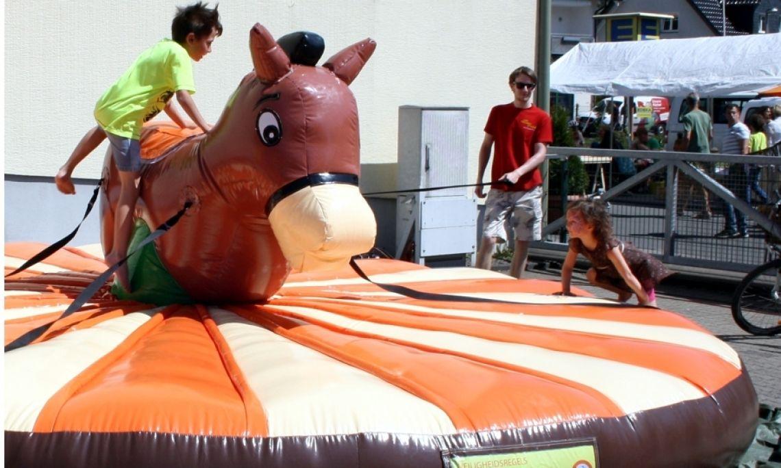 """Pull-Riding """"Pony"""" Wie lange bleibt der Reiter oben? 4 ziehen """"am Zügel""""... leicht transportiert und schnell aufgebaut."""