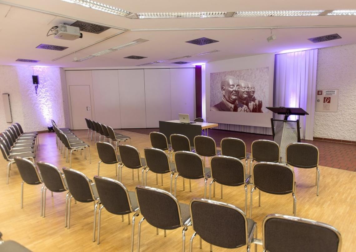 Studio II Das Studio II hat eine Gesamtgröße von rund 190m² und eine maximale Bestuhlung von 150 Personen. Das Studio II kann auch als Cateringfläche für ein großes Event genutzt werden.