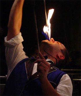 Feuershow Heißes Feuer, heißes Temoerament, heiße Musik - eine ungewöhnliche Darbietung im Spiel mit dem Feuer