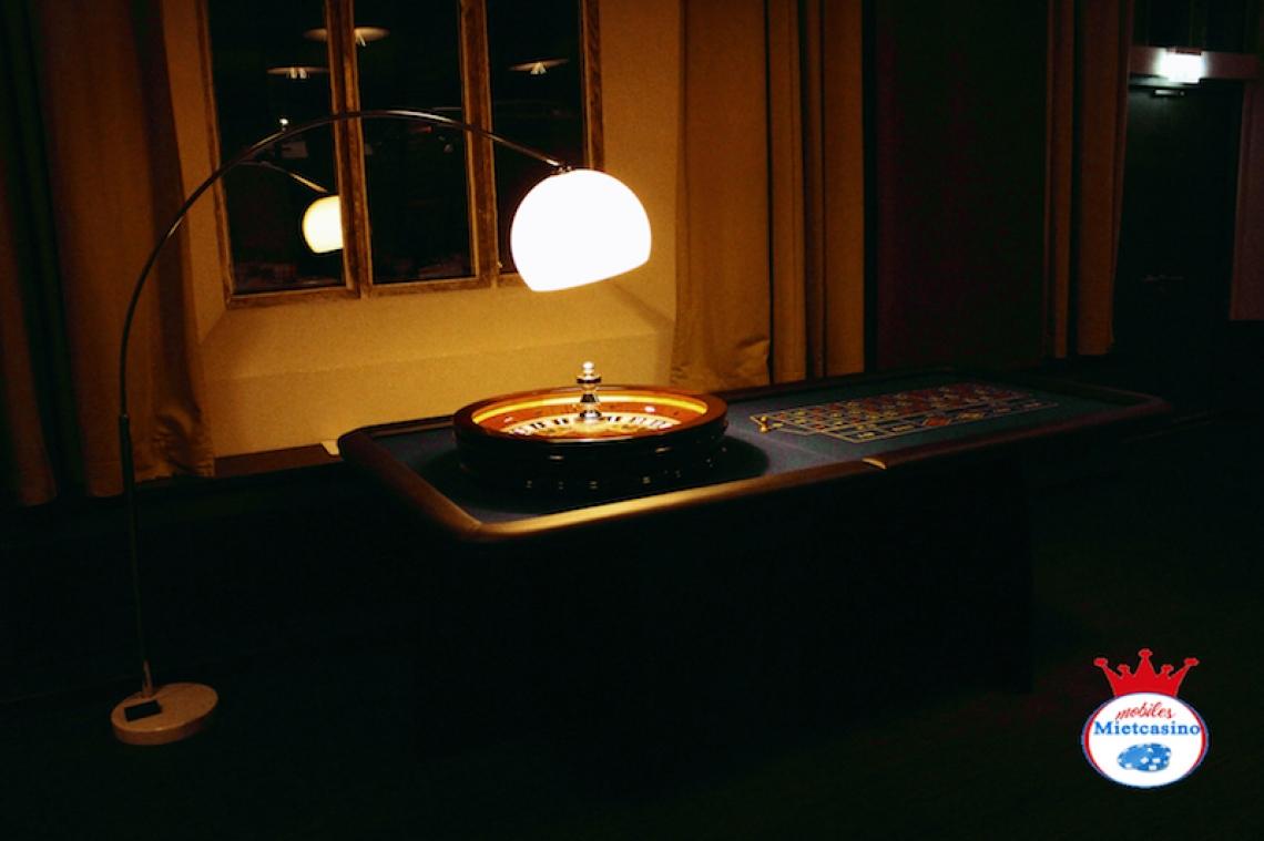 Roulette Tisch Einer unserer Roulette Tische, komplett bestückt mit Kessel und Casino Lampe.