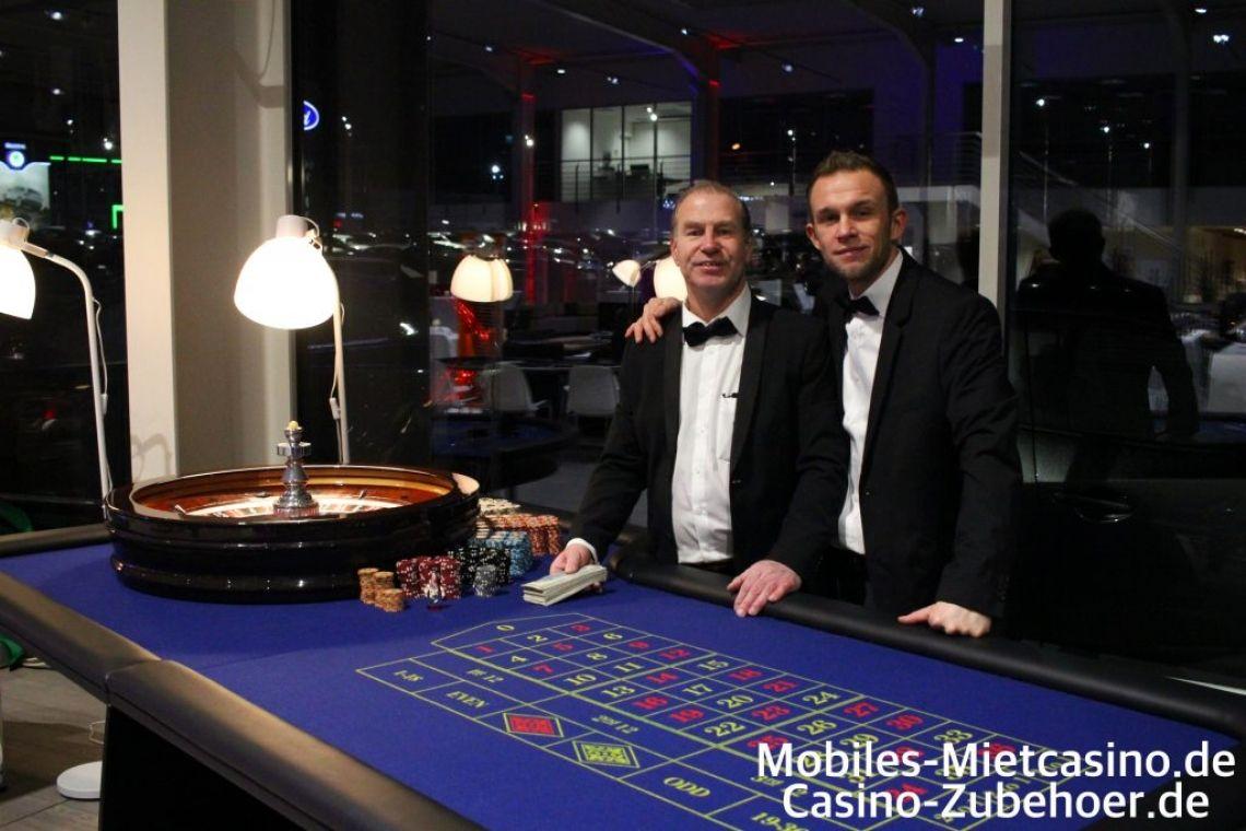 American Roulette Casino Spieltische mit Roulette Kessel   American Roulette Spieltisch mit Jetons und Croupiers auf einem Casino Firmen Event in Aachen.