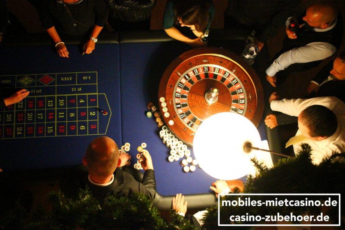 American Roulette Casino Spieltische mit Roulette Kessel  American Roulette Tisch von oben im Spieleinsatz