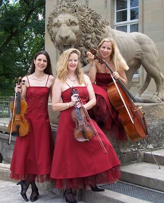 Manon & Co Streichtrio Manon & Co Streichtrio: sehr gut geeignet z. B. für Salonmusik: rote Abendkleider mit Tüll, die wir gerne auch für Musik im Freien mit einer kurzen Jacke kombinieren.