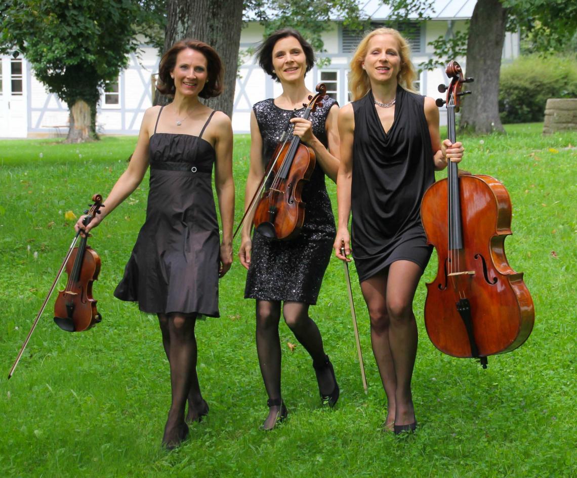 Manon & Co Trio Manon & Co Trio: Unser Standardprogramm präsentieren wir auch in Triobesetzung.