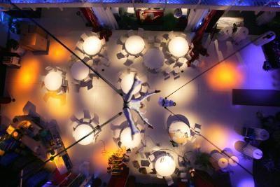 Flying Circle Eine Komposition aus athletischer Höchstleistung. Ausdruck und Musik direkt über dem Publikum. Mit dem Schwung von Trapezen fliegen 2-5 Akteure an elastischen Seilen bis zu 20 m durch den Raum.