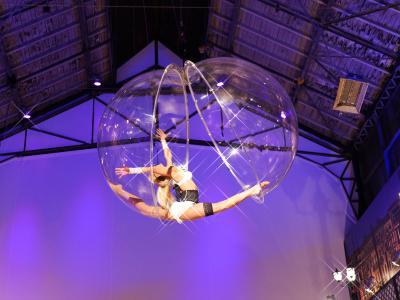 The Bubble Geschmeidige Tanz-Akrobatik in einer lebensgroßen schwebenden Luftkugel. Mal scheint es, die Kristallkugel hält die Künstlerin gefangen, dann wieder öffnet sie sich in luftiger Höhe.