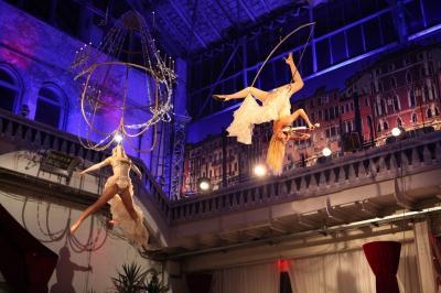 Wings of Music Das Euroviva-Duo der Lüfte vereint einen spektakulären Tanz mit dem Mobile und an einem überdimensionalen glänzenden Kronleuchter mit musikalischem Können. Eine Sinfonie der Sinne erwartet Sie, wenn Violine und Flügel auf magische Weise miteinander verschmelzen.