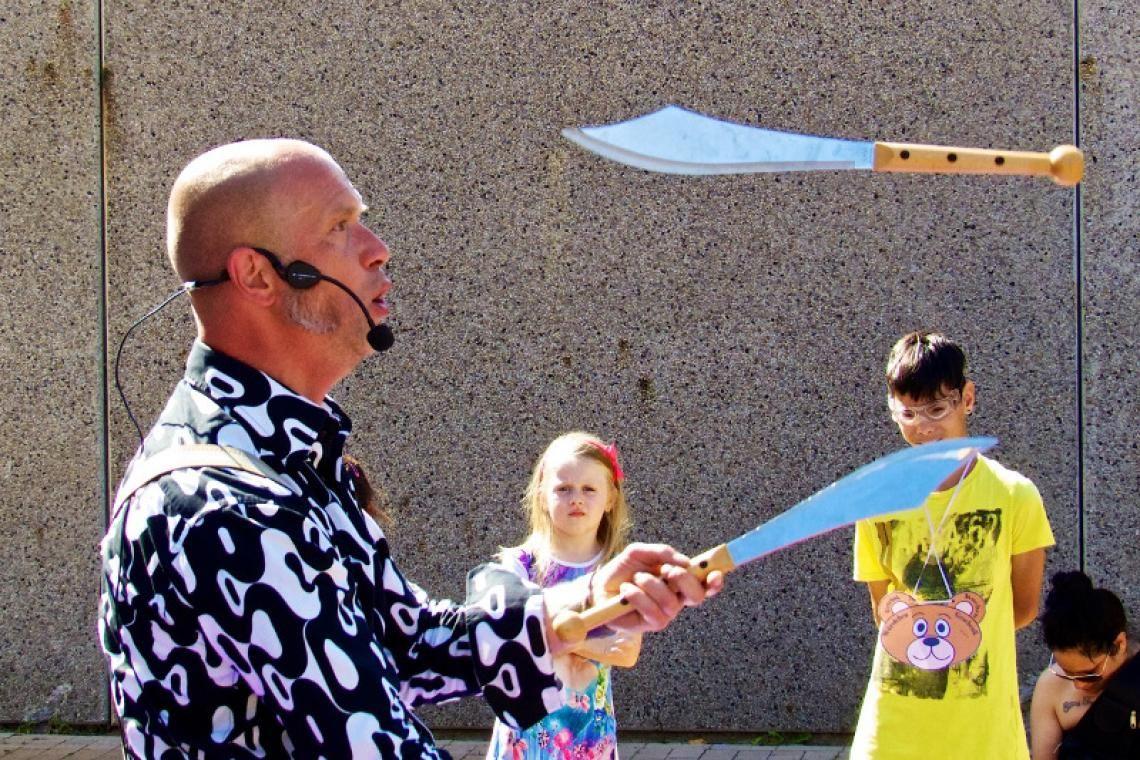 """Zirkus Krawalli Das Kinder- und Familienprogramm """"Zirkus Krawalli"""" ist eine Show für die ganze Familie. Bei Stadtfesten, als Straßenshow oder beim Kinderkarneval wurde dieses Programm schon unzählige Male aufgeführt!"""