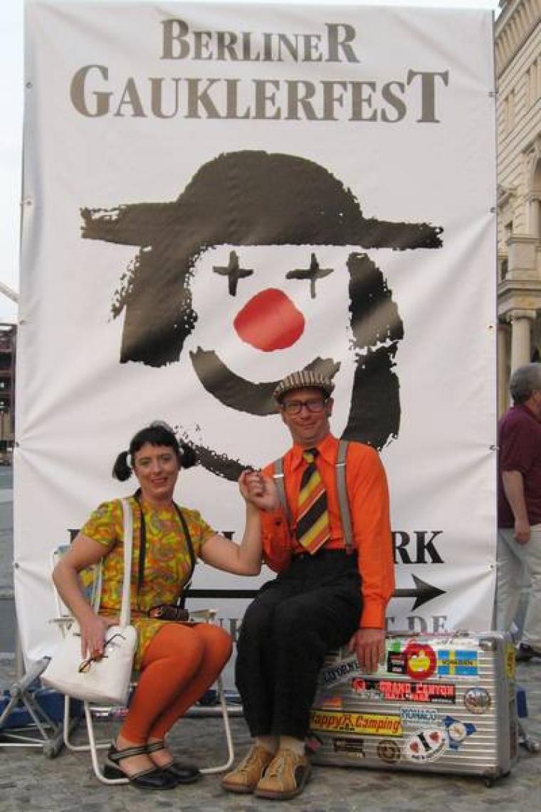 Straßentheater mit Ilse und Willi Zwei völlig unterschiedliche Charaktere treffen aufeinander, wenn Ilse und Willi als Touristen auf offener Straße ihre Show spielen. Aburdes Theater und gekonnte Jonglagekunst fesseln die Passanten an den Spielort!