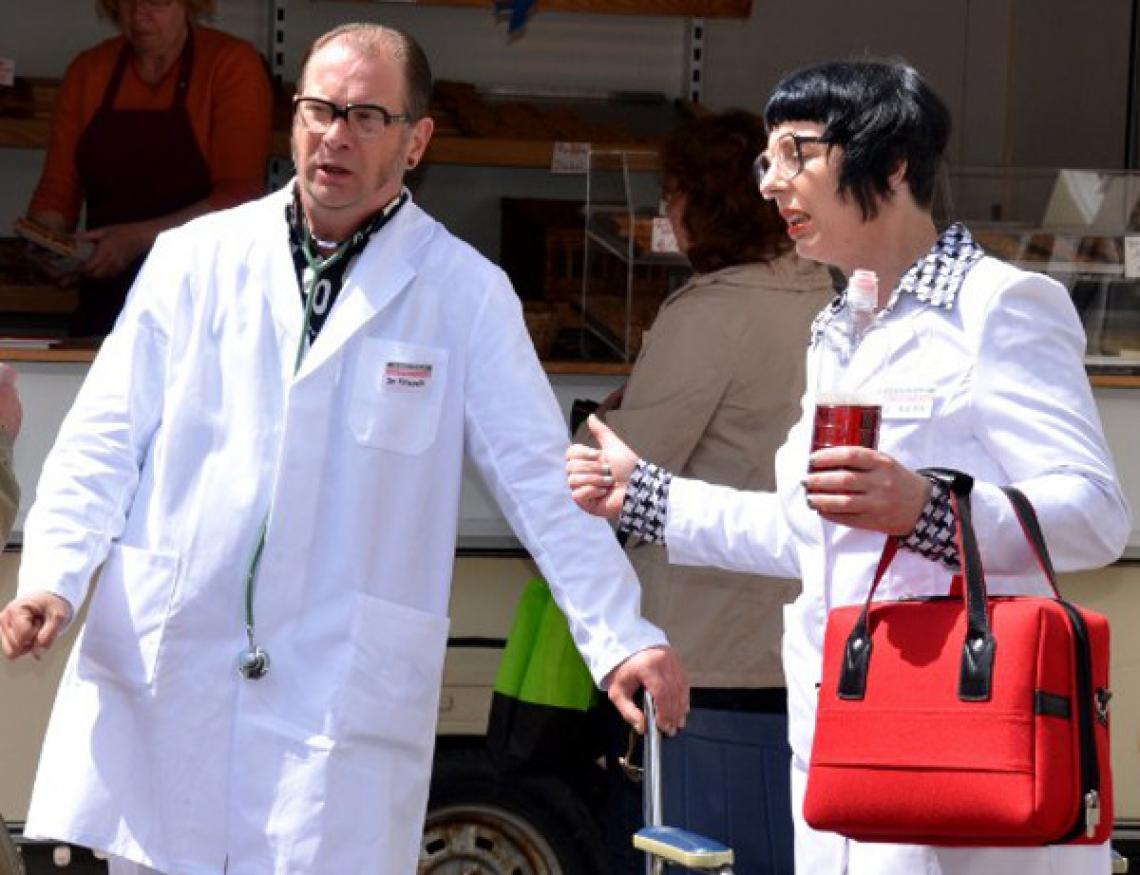 Falsche Ärzte unterwegs! Als Ärzteteam verteilen Frau Doktor S.Merz und Herr Doktor Horstkötter neuartige Medikamente für den Selbstversuch auf offener Straße ganz ohne Rezeptgebühren.