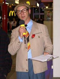 Messe-Walk-Act Der Messe-Walk-Act als rasender Reporter transportiert Werbebotschaften und lockt Besucher an den Messestand.