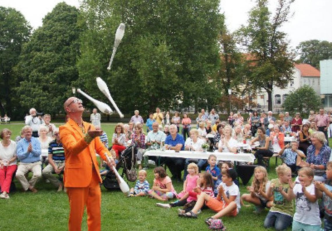 """Straßenshow  Jongleur Krawalli spielt seine Show """"Nieder mit dem Verstand"""" erfolgreich seit vielen Jahren als Straßenshow bei Stadtfesten und Festivals."""