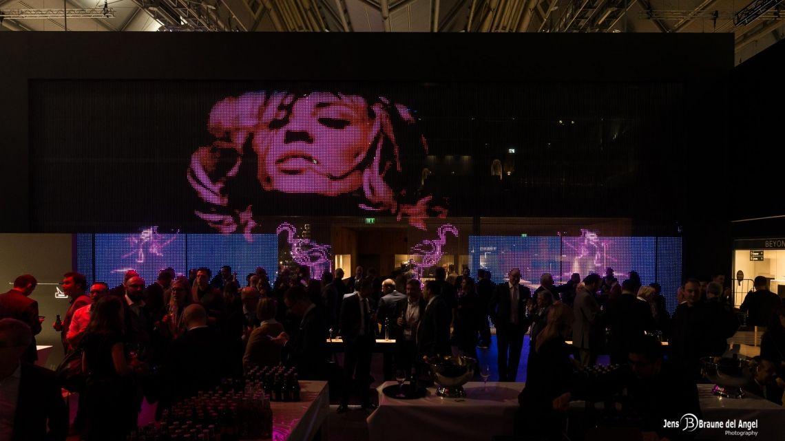 """Messe ISH Frankfurt KUNDEN: 15 aus dem Ausstattungs- und Montage-Bereich mit mehr als 5.000 Gästen  Highlight: Full-Service-Betreuung des Kunden DURAVIT am Messestand. Hier wurden täglich im VIP Bereich bis zu 350 Gäste betreut. Das Herzstück des VIP Bereiches bildete eine """"Open-Kitchen"""", in der unser Team live Speisen zubereitete. In der Coffee-Bar im EG bewirtete Kreativ täglich bis zu 1.500 Gäste.  Hinzu kamen zwei große After Show Partys mit jeweils über 1.000 Gästen und Flying Fingerfood zu Cocktail & Co."""