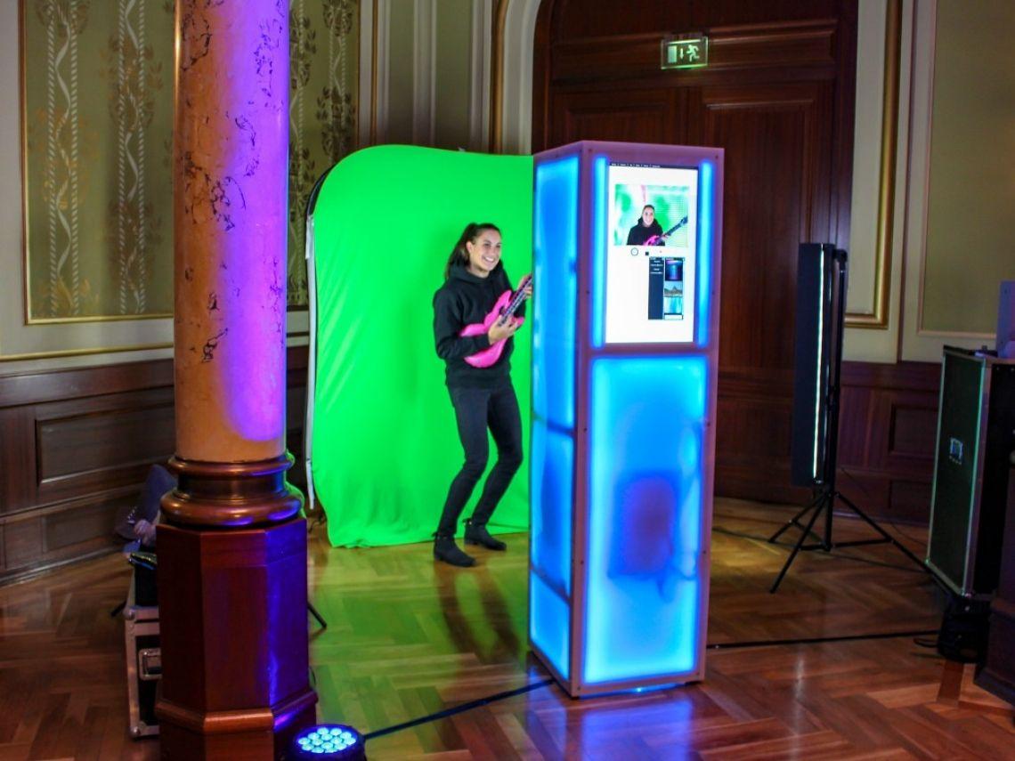 Daumenkino In sage und schreibe 90 Sekunden wird das Daumenkino (10,6 cm x 5,5 cm x 1,1 cm) mit Ihrem Gast als Hauptdarsteller mittels Spezialsoftware und Full HD Kamera produziert.