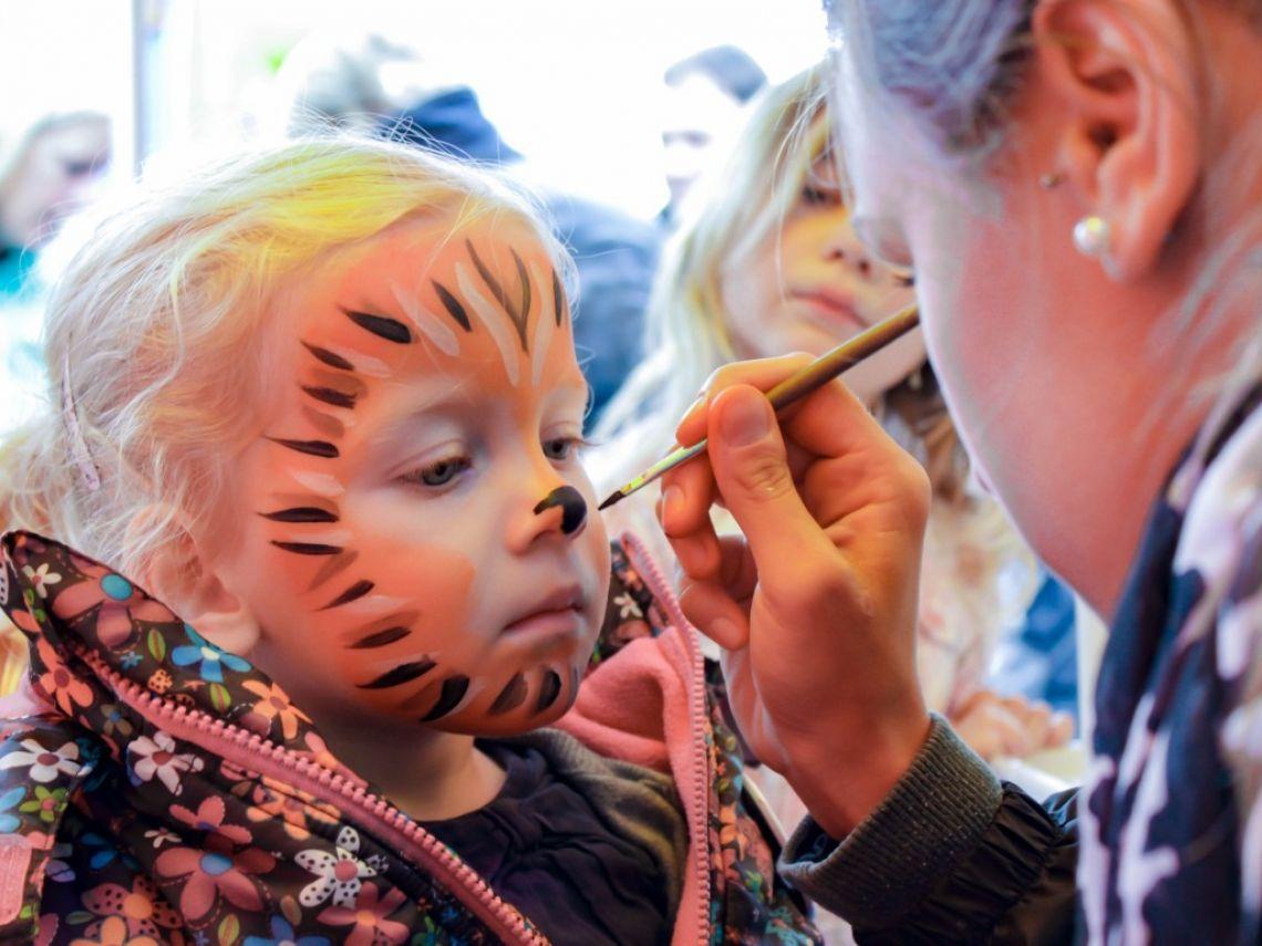 Kinderschminken Ob Superheld, Fabelwesen oder wildes Tier: Kindern und Erwachsenen macht es riesigen Spaß, in fantasievolle Rollen zu schlüpfen, um sich in ein anderes Wesen zu verwandeln.