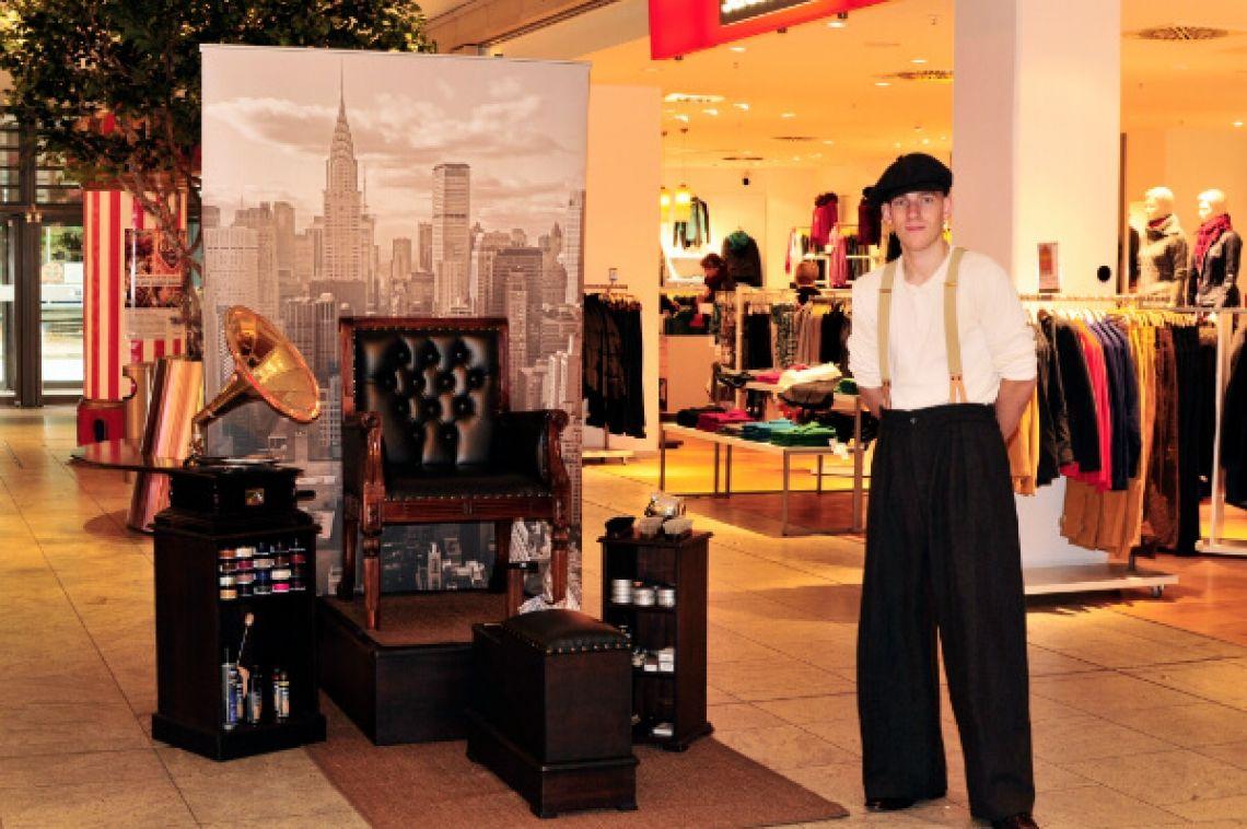 Schuhputzer kurz vor dem Kundenansturm Schuhputzer in einem Bekleidungshaus