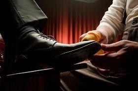 Schuhputzer bei der Schuhpflege Schuhputzer bei der Schuhpflege
