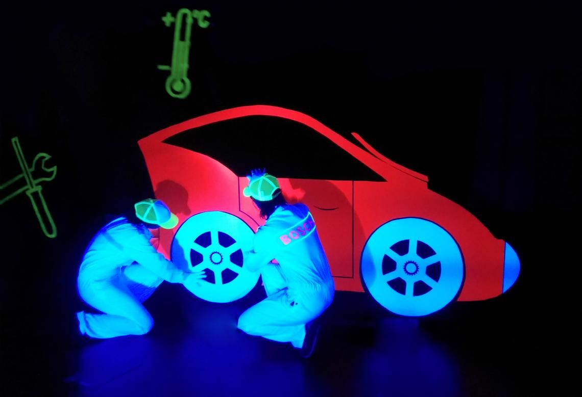 Schwarzlichtinszenierung für Bosch Car Service Realisierte Showinszenierung mit Licht, Tanz und magischen Schwarzlichteffekten.