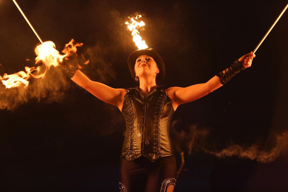 Feuershow Retro Futura choreografierte Bühnenshow Feuershow