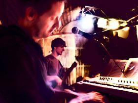 Licht & Ton inklusive! Sie brauchen nicht nur gute Musik, sondern auch Licht  und Ton, die nicht nur die Bühne, sondern die ganze Veranstaltung verschönern? Sprechen Sie mit uns!