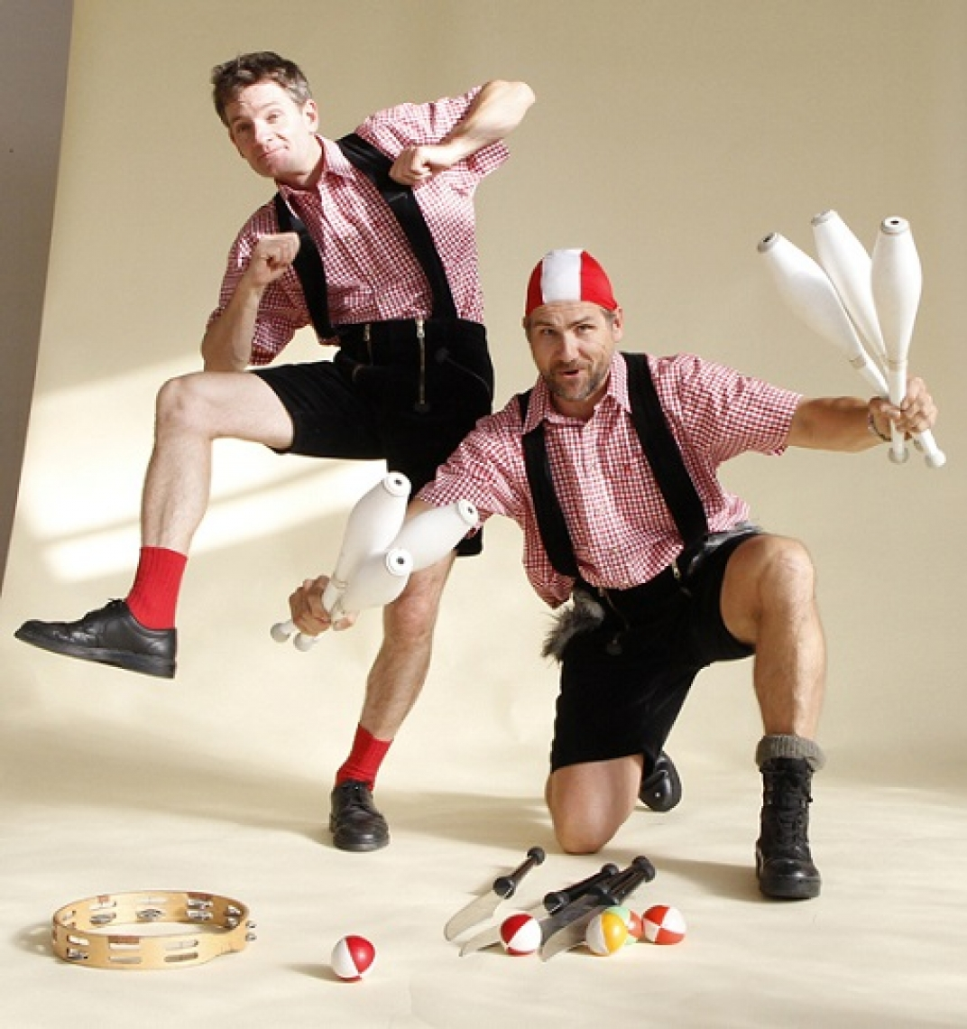 Die Chaos Circus Comedy Show Von fetzigen Jonglagen bis zu halsbrecherischer Artistik, von exzentrischer Comedy bis zu unerwarteten Improvisationen, vom Freiwilligen aus dem Publikum bis zur heißen Feuernummer.