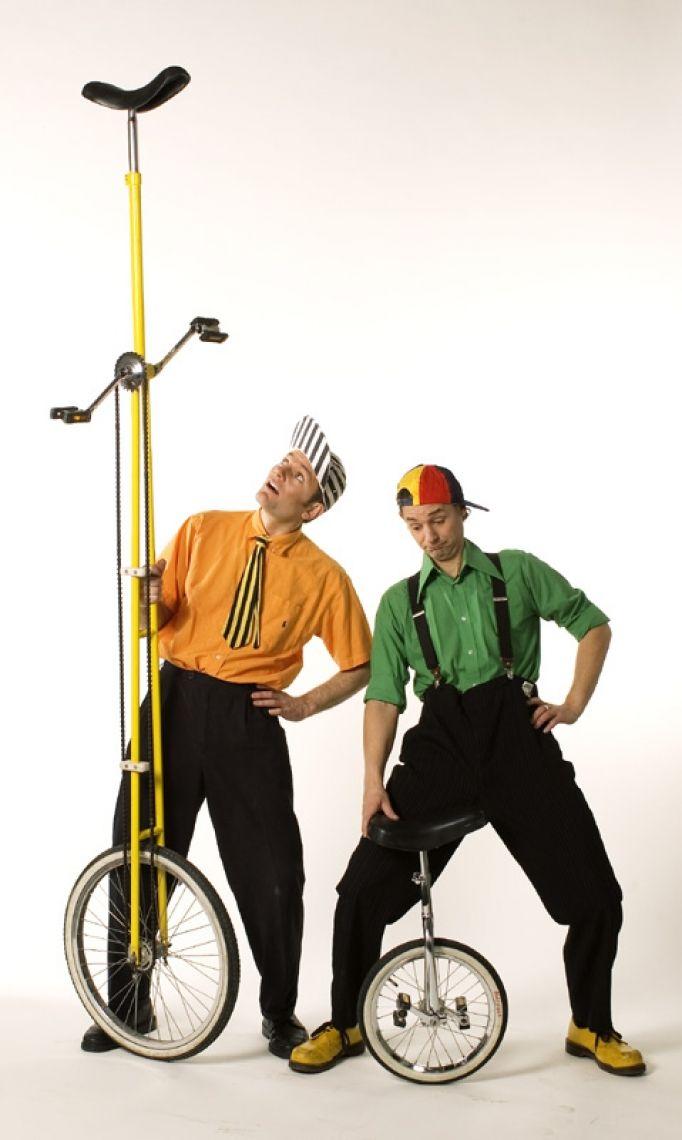 Die Chaos Circus Comedy Show Temporeich, frech, direkt und ohne Zweifel Von fetzigen Jonglagen bis zu halsbrecherischer Artistik, von exzentrischer Comedy bis zu unerwarteten Improvisationen, vom Freiwilligen aus dem Publikum bis zur heißen Feuernummer, lassen Sie sich überraschen. Comedy Show